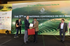 Mr Peh Ping Teik, president IARBO Presenting a memento to Dr Prabodh S. Halde
